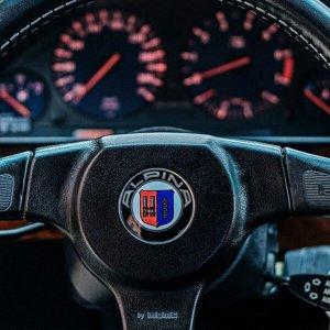 фото эмблема Alpina на руль